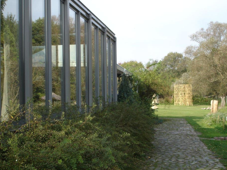 Side glass pavilion with a view to the fish pond