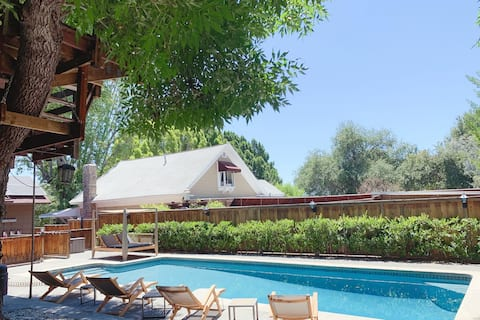 Bright & Charming Guesthouse with Salt Water Pool