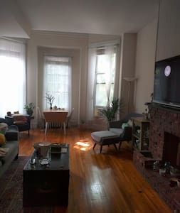 Back Bay 1 br brownstone on Comm Ave - Boston - Appartement