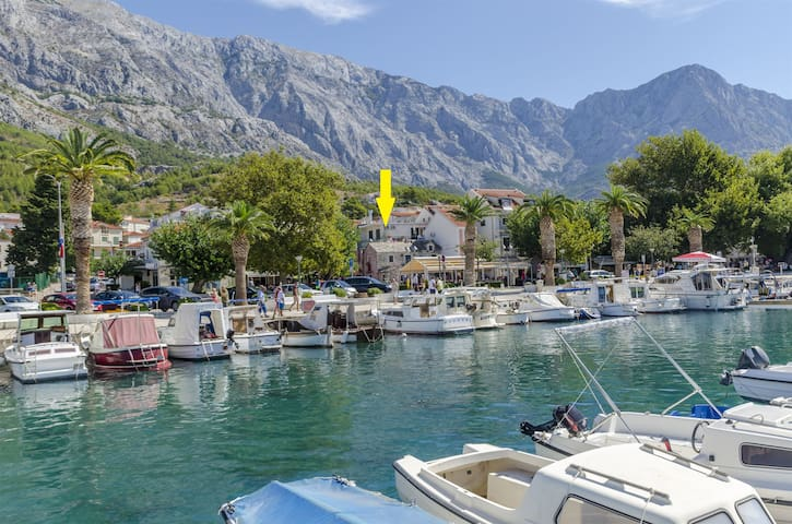Two Bedroom Apartment, 10m from city center, seaside in Baska Voda