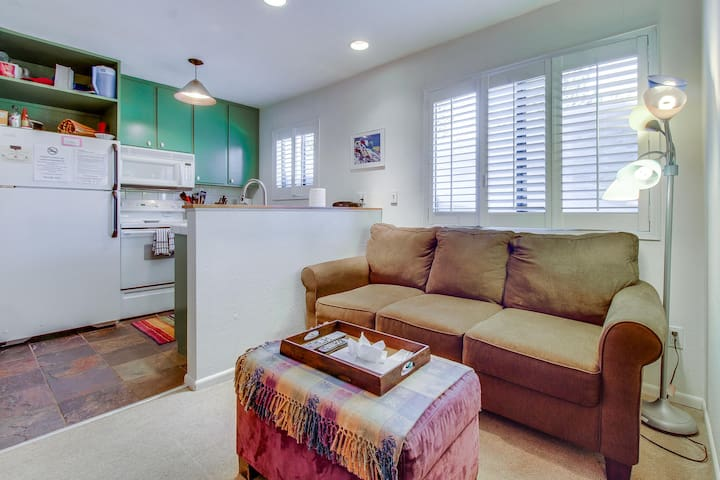 Cozy, colorful condo w/ shared pool & hot tub - two miles from Eagle Lodge
