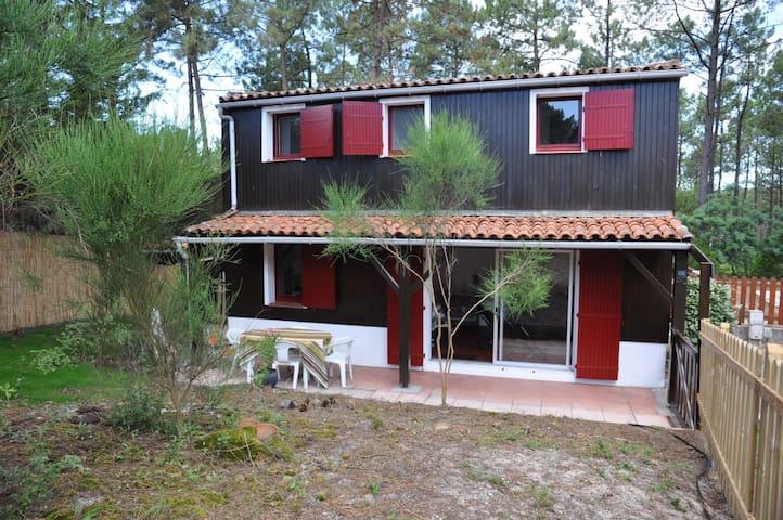 Maisonnette en lisière de pinède dans residence avec piscine et tennis 15702 - Lacanau - Huis