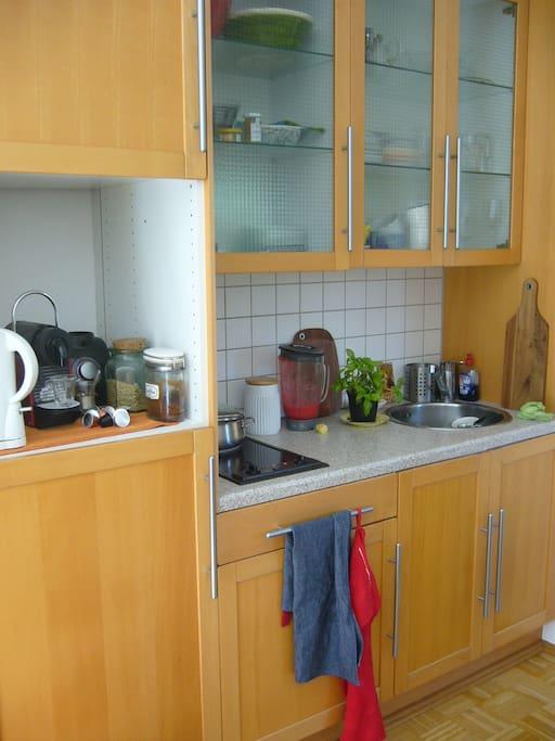 Küchenzeile mit Ceranfeld, Nespresso Kaffemaschine u. Mixer