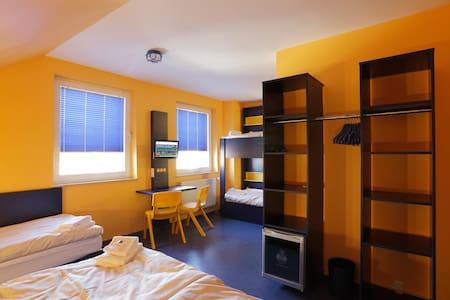 günstiges Bett im 5-Bettzimmer - Hanover - Asrama