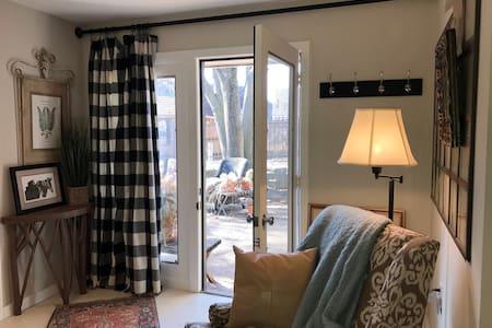 Cozy Garden Room, half ba, kitchen - Lawrence - Rumah