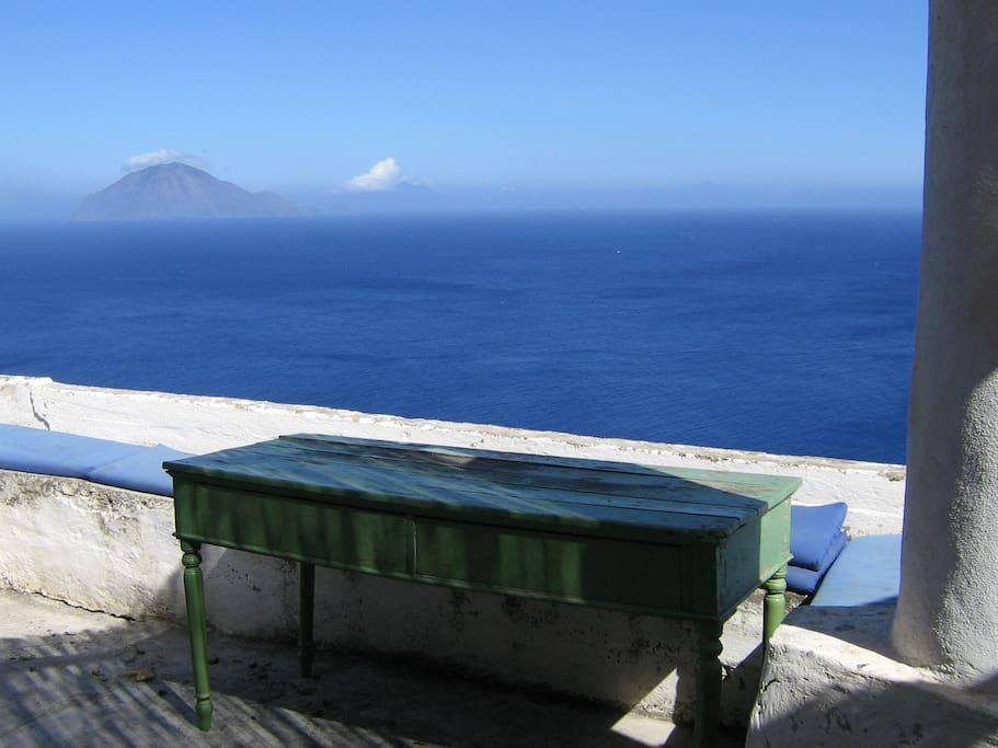 la vista dalla terrazza: filicudi