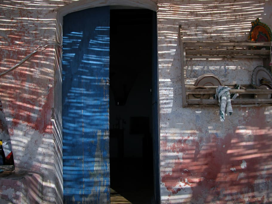 la porta della cucina: tutte le stanze danno sulla terrazza...