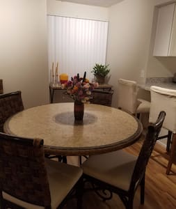 Lovely Room 5 Minute Walk to Hospital and Cafes - Sacramento - Apartment - 1