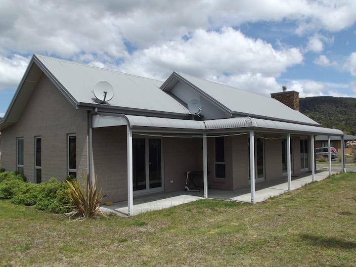 Paradise Retreat, Manapouri ,modern new home.