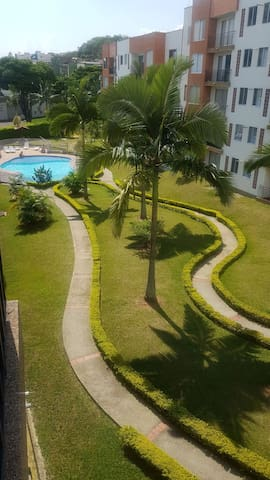 Habitación en conjunto residencial con piscina