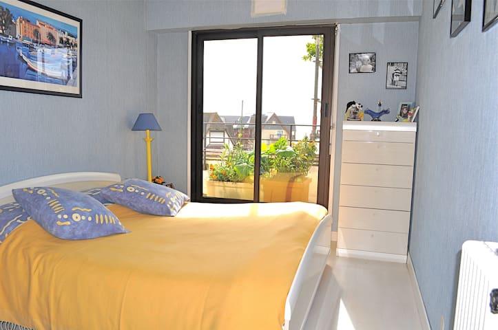Chambre adulte lit king-size avec balcon vue mer