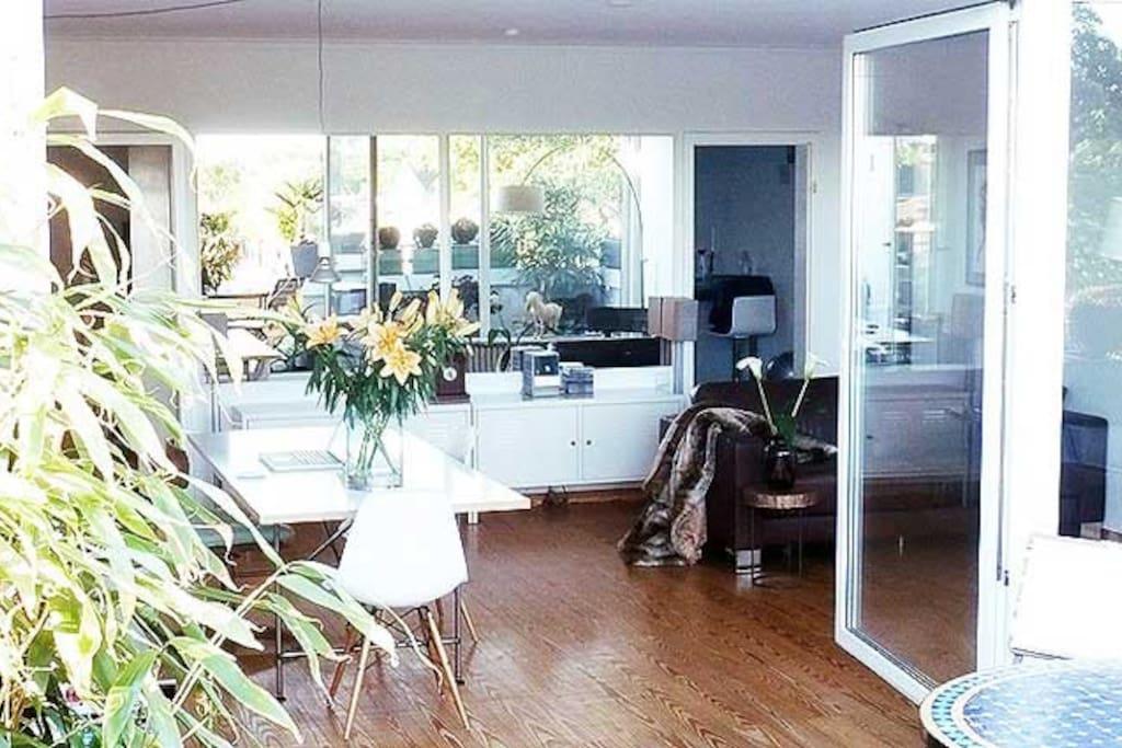 Blick von Terrasse in Wohnraum