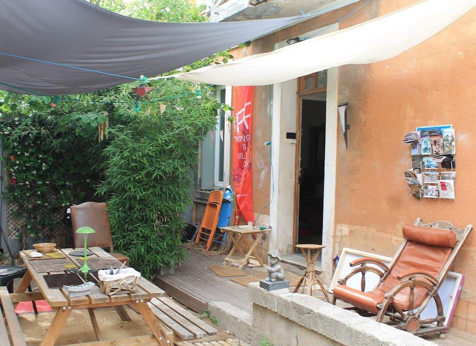 La terrasse, à l'abri des bambous