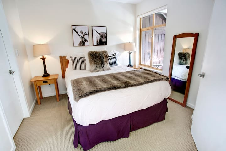 Our bedroom with queen size bed, 2 plugs near the nightstands to conveniently charge your phones, and natural sunlight from the patio window. Comfy cotton linens, luxurious duvet pillows or non duvet pillow options available as well.