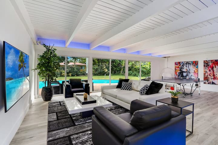 Lux Modern 4 BR - Pool, Home Theatre & Bar Area!