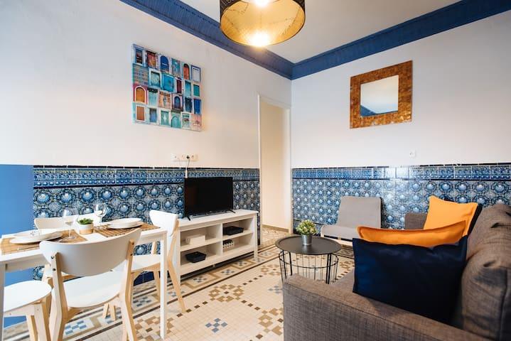 Salón, comedor y zona de tv con balcón.