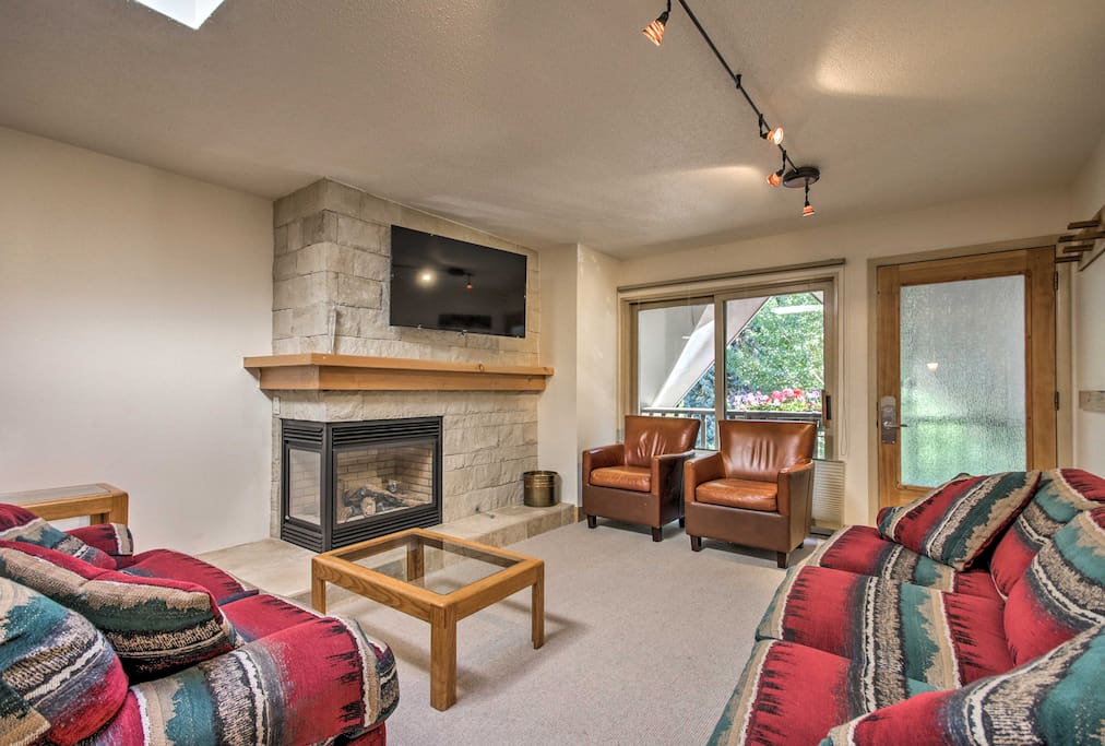 The interior features 2 bedrooms, 2 bathrooms, and numerous amenities.
