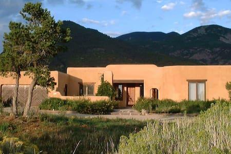 CasaCoyote- Adobe  Home-Ski/Tennis/Pool/Spa/Hike - Арройо-Секо - Дом