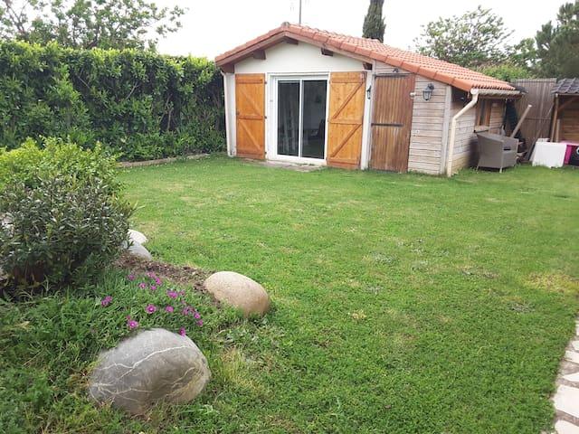 Chambre et salle d'eau privée donnant sur piscine - Saint-Jory - Chalet