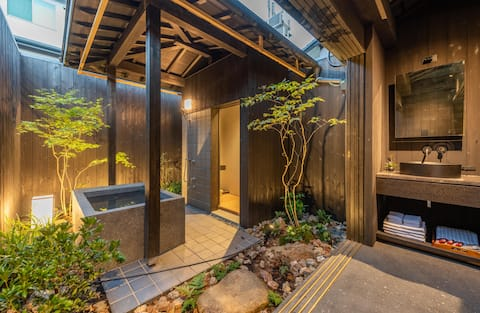 Παραδοσιακό σπίτι με κήπο - υπαίθριο μπάνιο