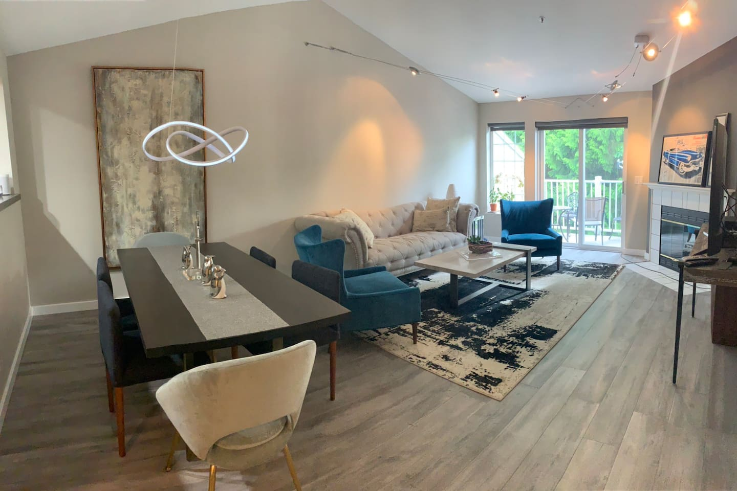 Beautiful modern and relaxing living room and dining area. This area is shared with the regular tenant.