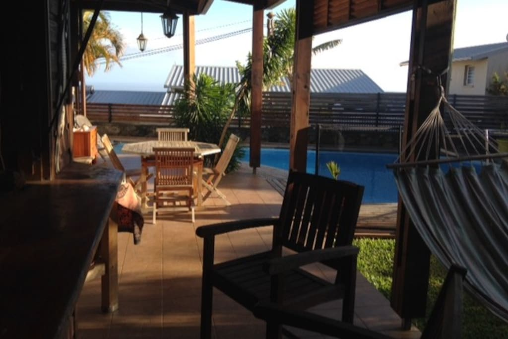 Bel espace à vivre extérieur donnant accès à la piscine