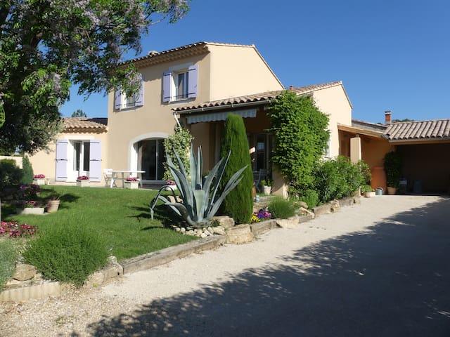 A Rasteau 84110 Chambre dans villa avec piscine.