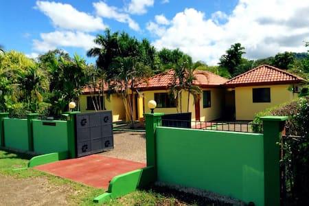 Cozy yet private yet Tamarindo - Ház
