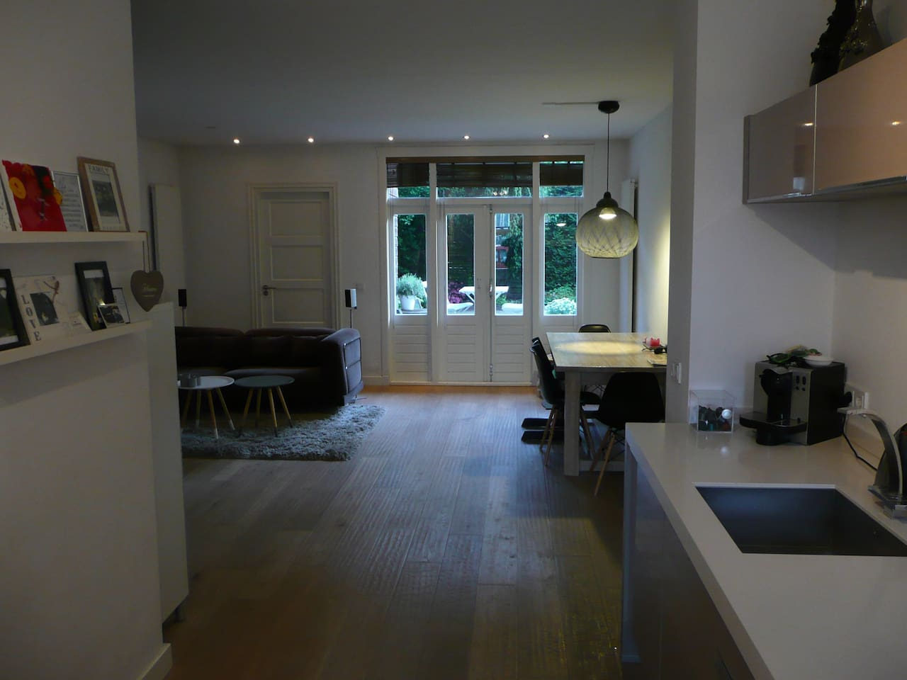 Large livingroom with doors to the garden