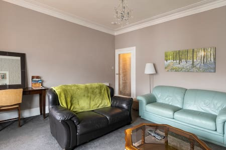 Bright, spacious, 2 bedroom flat, close to town.