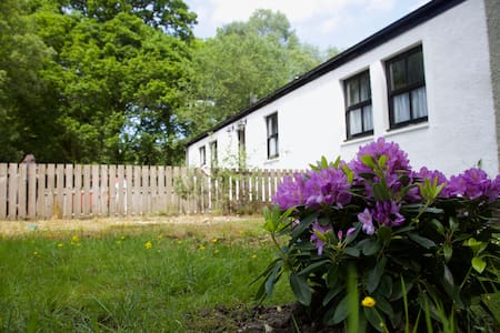 Spacious rural holiday cottage next to  great pub!
