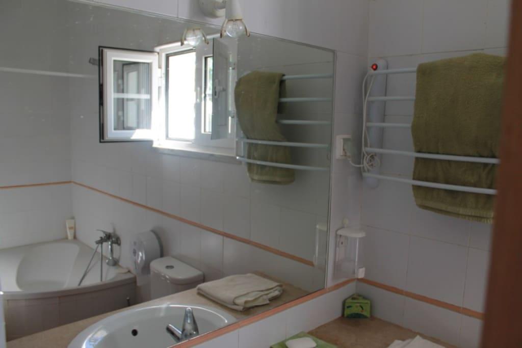 Casa de banho com banheira e duche
