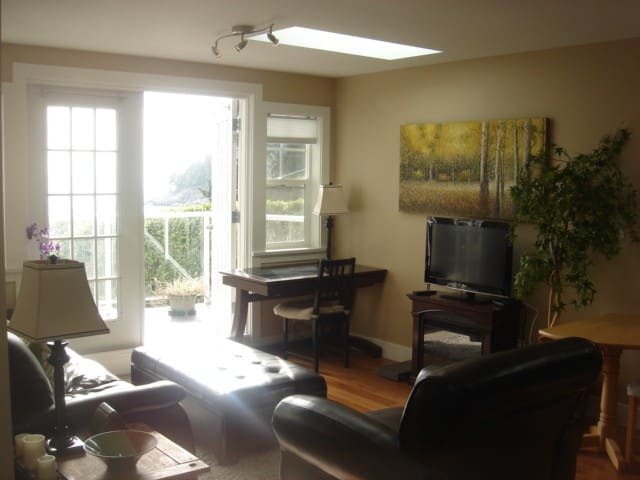 Cottage by the sea - West Vancouver - Apartment
