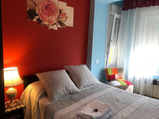 Centro- Dormitorio con derecho al salón y cocina.
