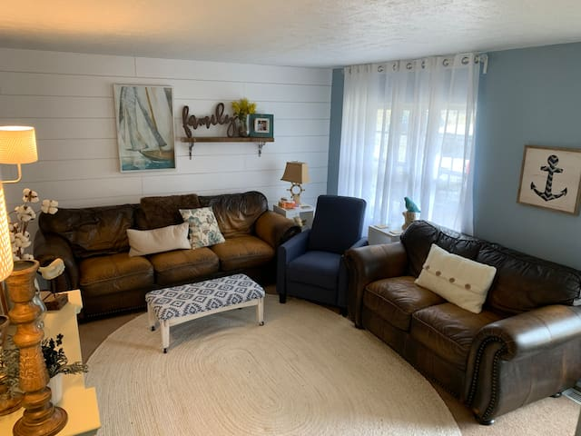 *Comfortable and roomy Cincinnati 4 bedroom house.
