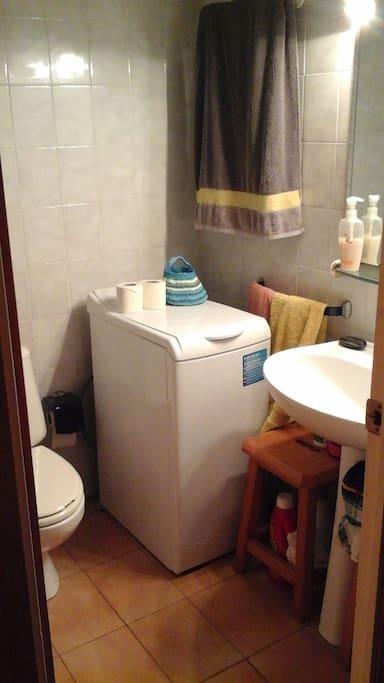 lavadora en cuarto de aseo (badroom)