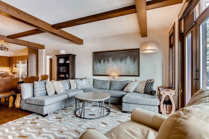 Host the ultimate après-ski with the living area's flat screen TV or endless views.