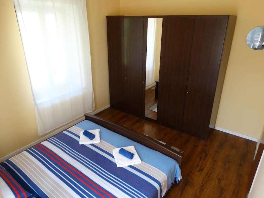 Bedroom with king size bed and closet (Air conditioning)