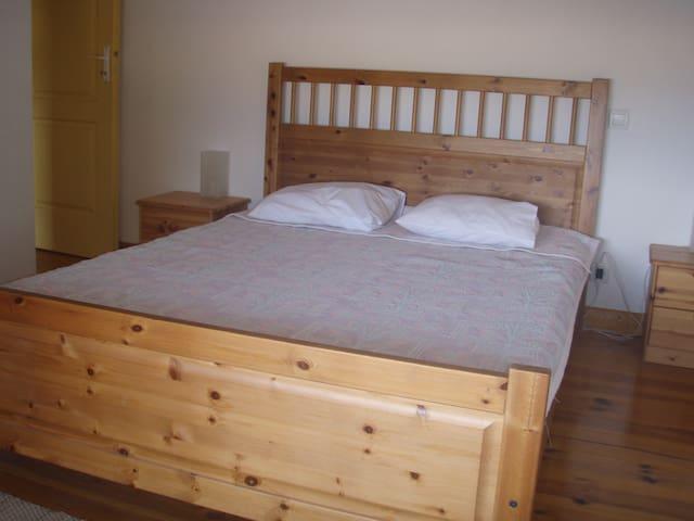 chambre n° 1  avec vue directe sur mer  -  un lit double 140X200  - tables de chevets - commode