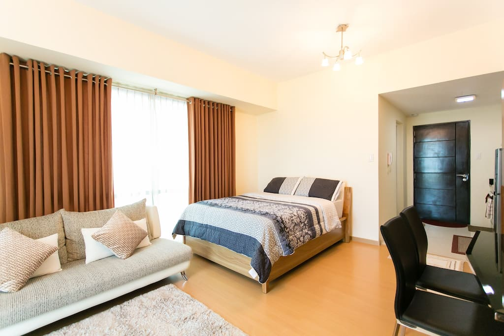 Situated at a high floor the apartment benefits from natural sun light and a refreshing cool breeze