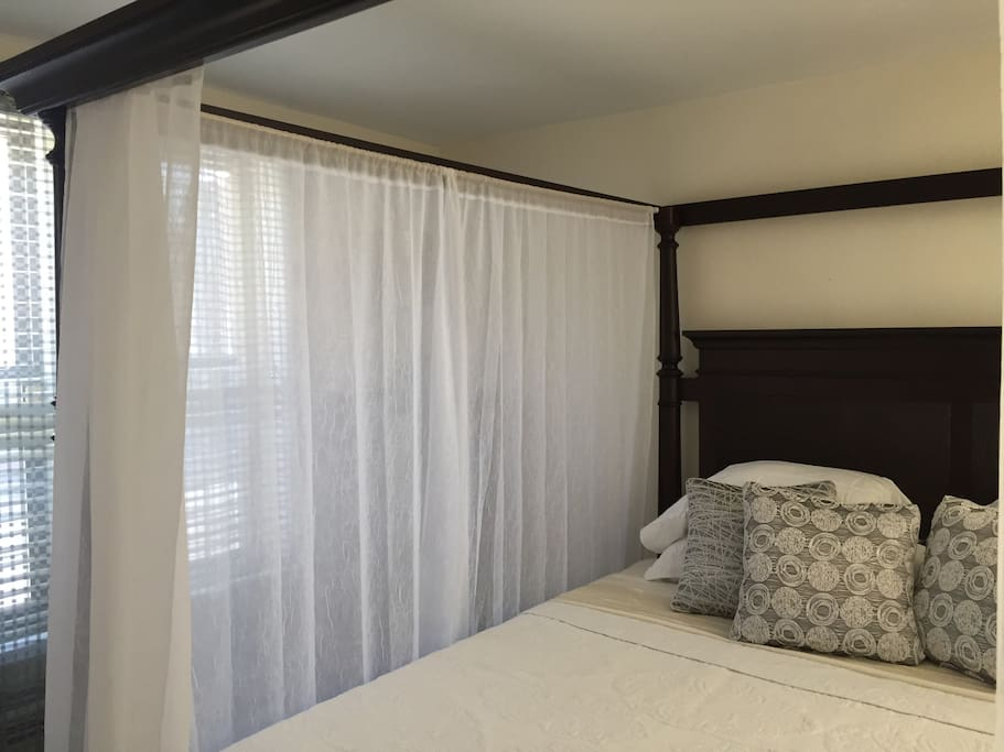 Master Bedroom (Luxurious King-Sized 4-Post Canopy Bed) w/ En Suite 1/2 Bath