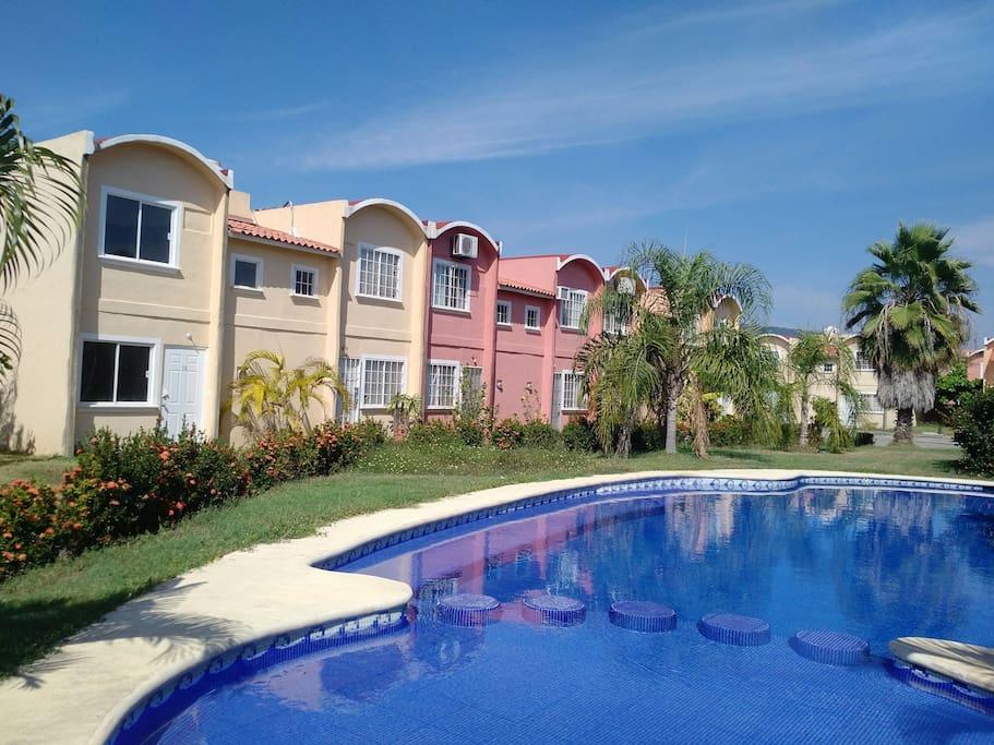 Bella casa de dos plantas amueblada con piscina houses for Bella casa con piscina