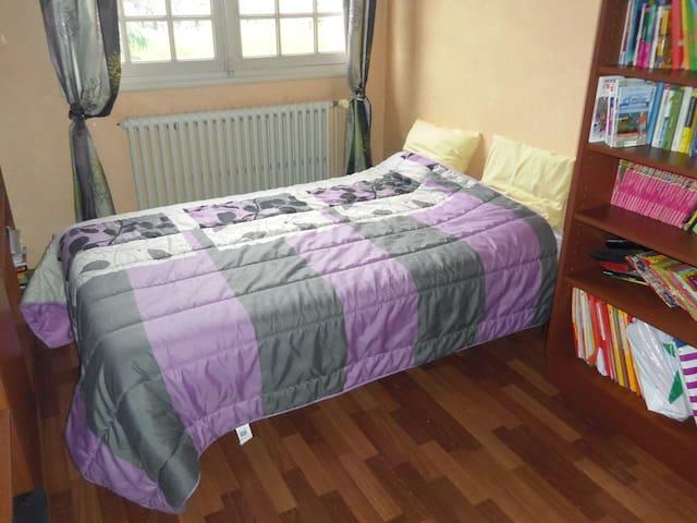 Pièce avec lit 120 cm