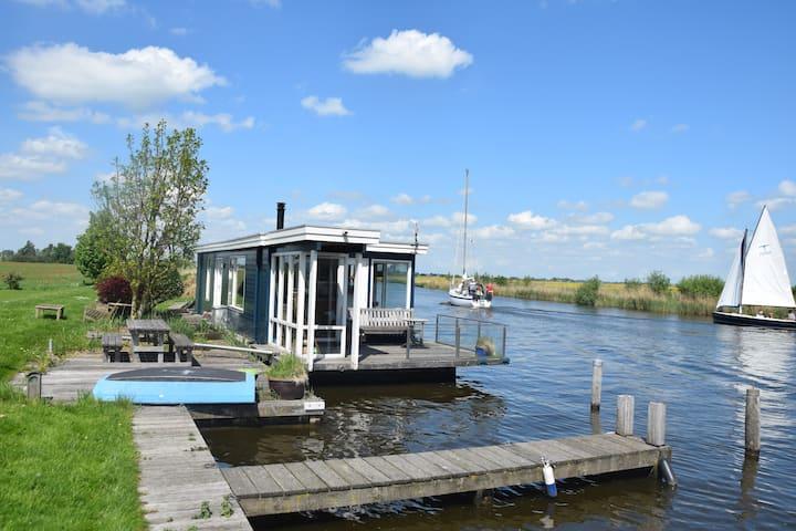 Gezellige woonboot op mooie plek in Friesland