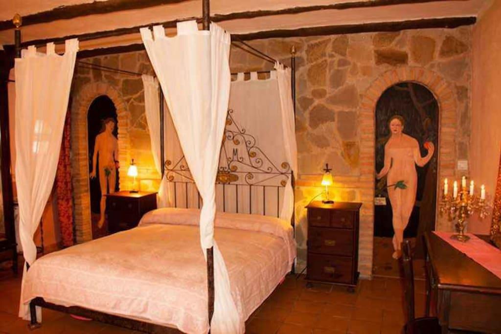 Habitación Albahaca, ambiente muy romántico con su cama de hierro con dosel.