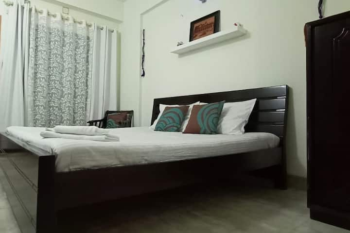 11 Min to Airport- Lakeview Queen Room 2 + Balcony