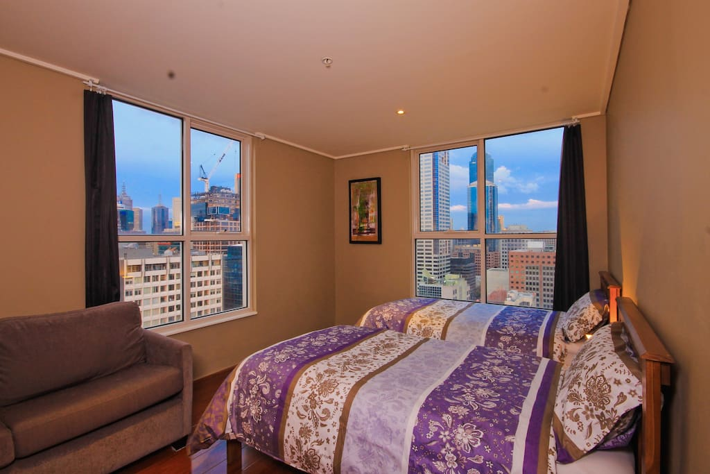 Master bedroom with awesome city views and 2 single beds