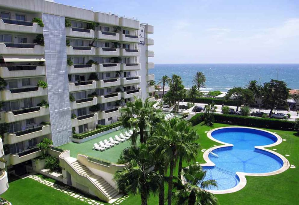 Piso frente al mar gran piscina y solarium apartments for Piscina sitges