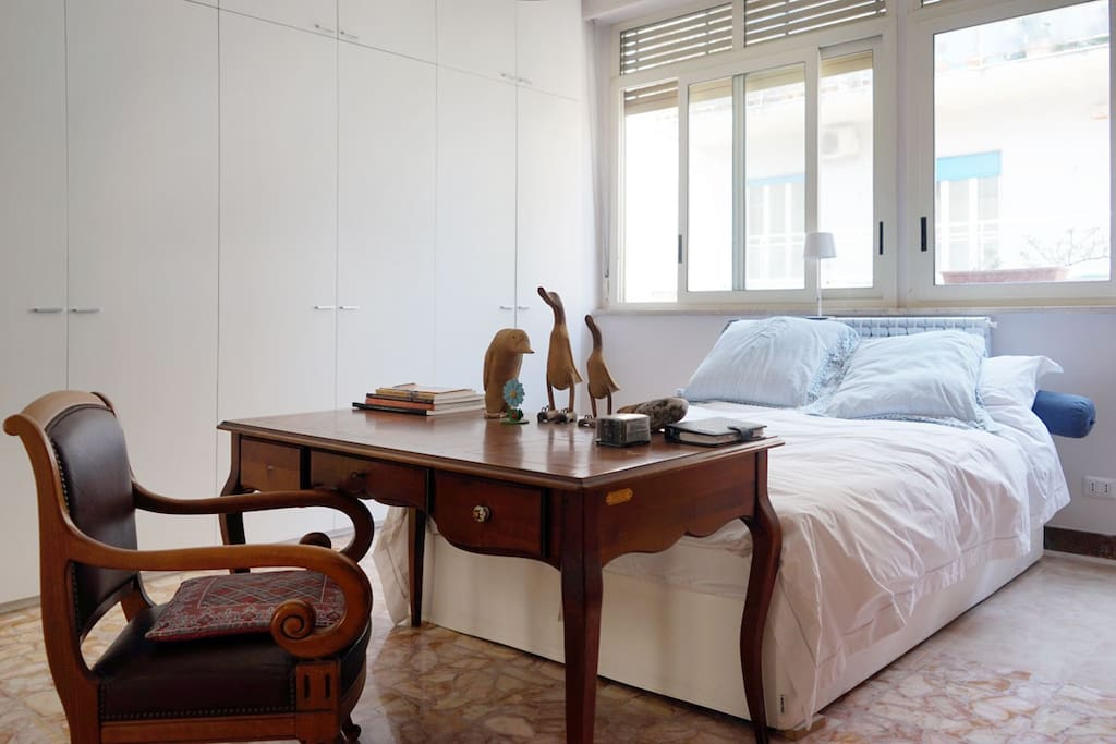 Bright double bed in a comfortable atmosphere