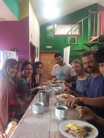 Mi Casa Tica - Monteverde - Хостел